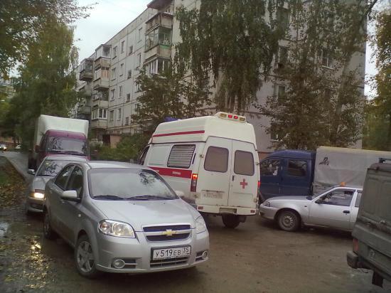 Пробку на Ленинградской все ломанулись объезжать дворами по улице Новгородской.