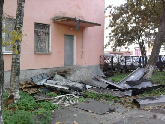 Валяются куски крыши и старые оконные решетки