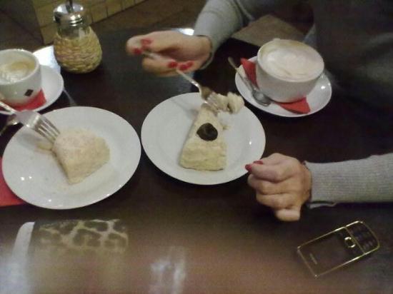 Сегодня я встретила ее в одном из кафе Вологды и с удивлением увидела, что Аня собирается побаловать себя капучино и кусочком тортика Бонапарт.