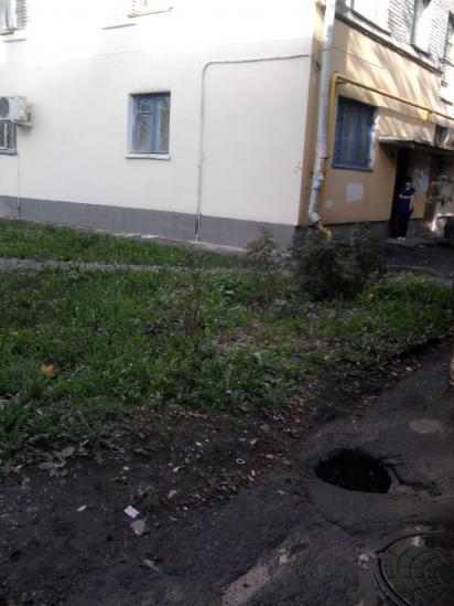 Это въезд во двор дома на Зосимовской,83. Яма глубиной полметра, не меньше.