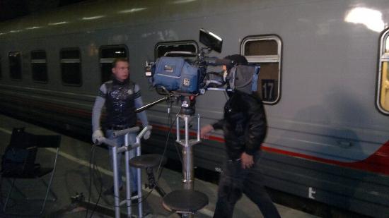 Для съемок на перрон принесли специальные рельсы и кинокамеру, которая по этим рельсам каталась