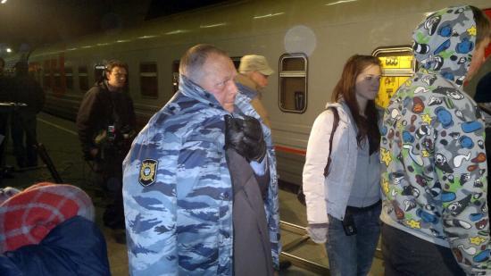 В сцене с вологодским поездом снялся известный российский актер Борис Галкин. В перерывах между дублями его согревали бушлатом с надписью ОМОН. Хотя, в кадре он был в элегантном плаще