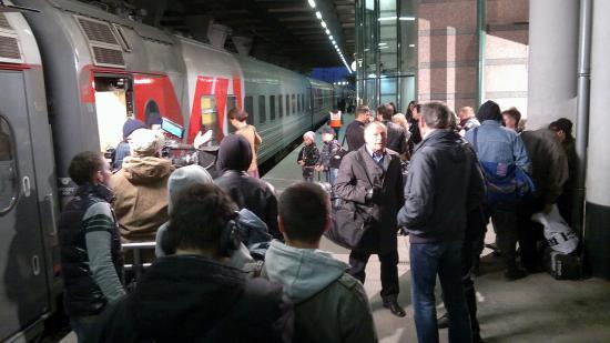 Пока снимали сцену для сериала, никого из пассажиров в вагон не пускали. Но работники поезда и члены съемочной группы очень сильно перед всеми извинялись