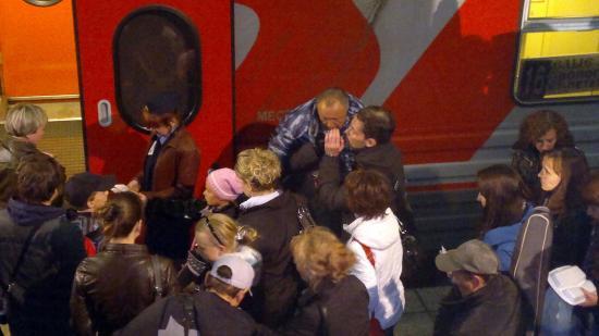 Бориса Галкина между дублями еще отпаивали горячим чаем. Выглядело это очень странно, потому что на улице было тепло. Но, может, так принято на съемочных площадках