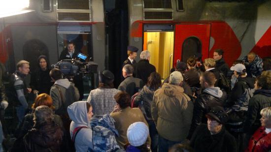 Когда съемки закончились, пассажирам пришлось очень быстро рассаживаться по своим местам. Отправление поезда не задержали ни на минуту