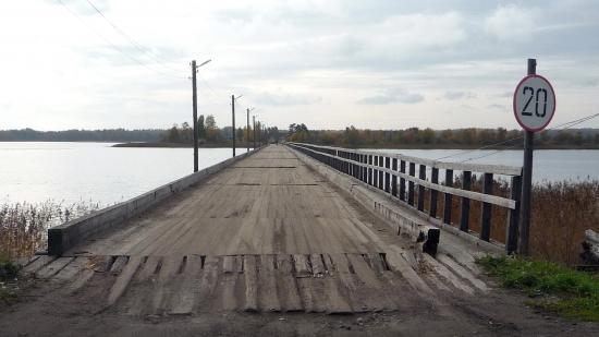 Этот мост ведет на остров Сладкий. Кажется, больше 20 км.час по нему и не проехать. Знак - ни к чему