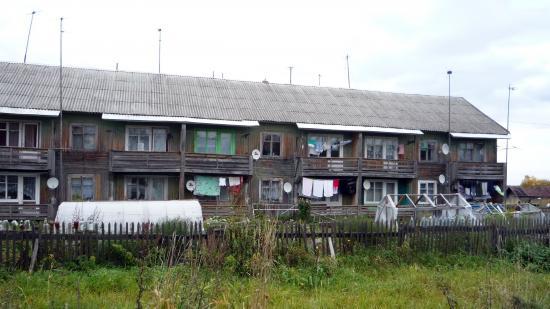 Деревянные бараки для сотрудников спецучреждения неизвестно какого года постройки