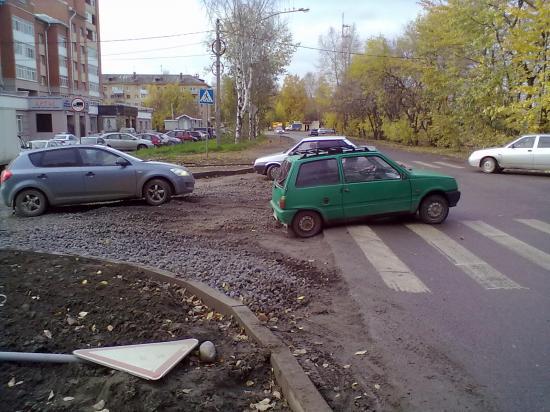 """Водитель легкой """"Оки"""" тоже решительно нажал на газ."""