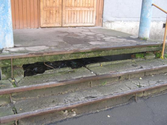 А это крыльцо соседнего подъезда... Найдите 10 отличий(