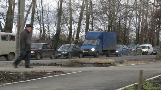 Пейзаж со стоящими в автомобильных пробках улицами теперь для Вологды - обычная картина