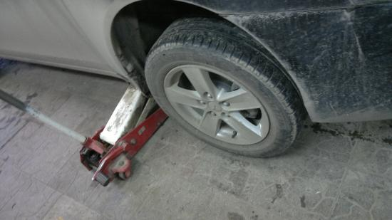 У меня второго комплекта колес нет, поэтому пришлось менять резину на дисках