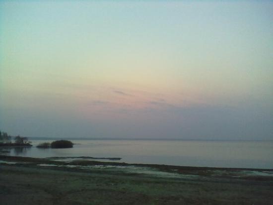 А чуть дальше открываются прекрасный вид на загадочное Плещеево озеро