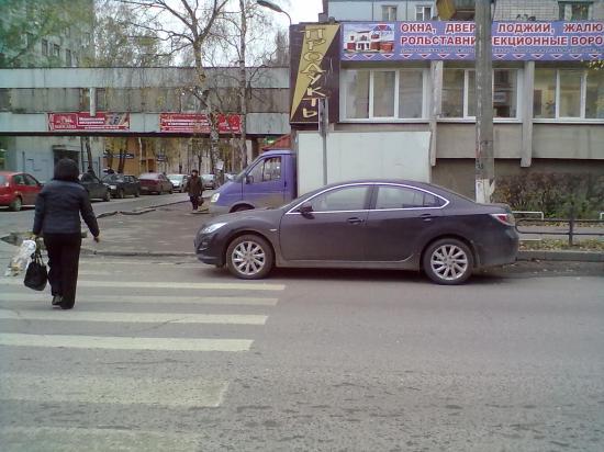 а этот так тактично, только нос засунул на пешеходный переход.