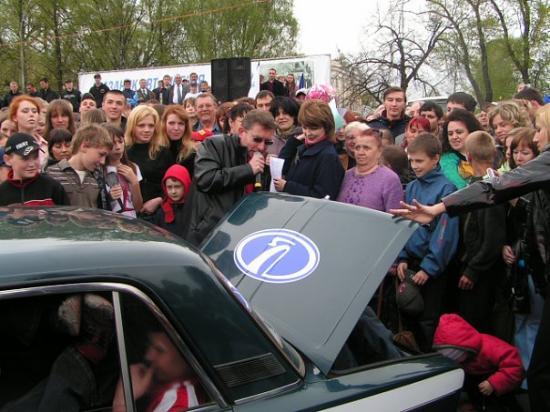 Один из конкурсов заключался в следующем: В автомобиль ВАЗ 2106 нужно было поместить как можно больше народу...