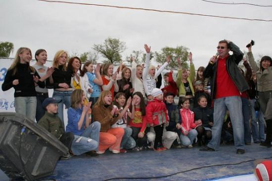 Вот они 33 девушки, которые поместились в ВАЗ 2106, серьезно)))
