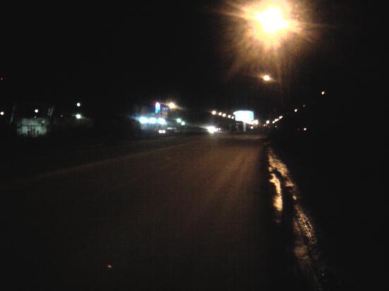 Это фото сделано с расстояния примерно 30 метров до перекрёстка Дальней улицы с улицей Гиляровского. Вдали слева видны огни торгового центра
