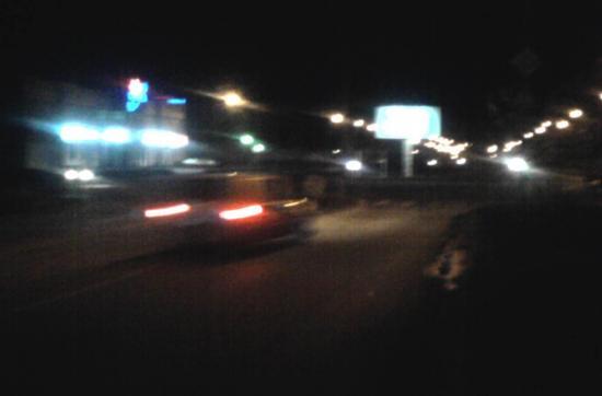 Вот подъехал легковой автомобиль, водитель резко затормозил, увидев препятствие только за 10-20 метров до него. Да там есть какой-то дорожный знак, только он почему-то не светится своей светоотражающей краской ни в свете фар, ни в свете фонарей!