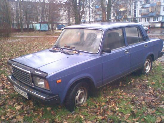 Это авто пристроилось на газоне у дома15 в Тепличном
