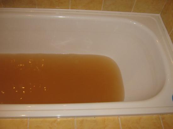 После, на ванне остается неприятный коричневый налет