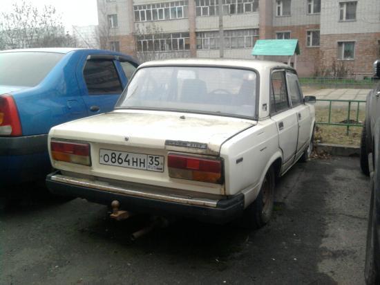 Эта семёрка со спущенными передними колёсами у дома 25-а по ул. Ярославской столько лет не трогалась с места, что под багажником и задними колёсами вырос толстый слой зелёного мха.