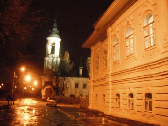 здание ночлежного дома 1777г.Было выкуплено у купчихи Кусковой за 15 тысяч купцом 2 гильдии Т.Е Колесниковым.Дом так и предназначен был как ночлежка. Второе открытие дома было 1 декабря 1992 года.