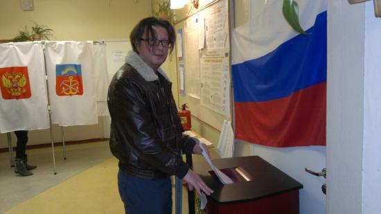 Голосует шеф-редактор новостей мурманского телеканала Арктик-ТВ Олег Шрам. За кого - я не проверял :)))