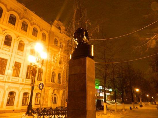 Аллею на Пушкинской тоже начали украшать: иллюминацию установили, но пока не подключили к электричеству. Экономия?:)