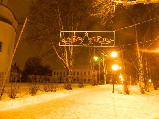 А это уже Кремлёвская площадь. Гирлянды тоже висят, но пока не горят. Будем ждать:)  P. S. До Нового года осталось 20 дней. С наступающим!