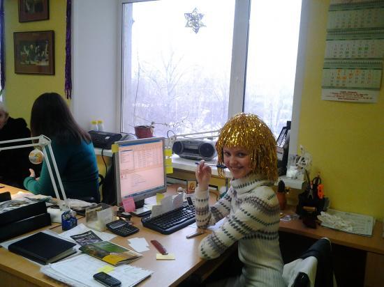 Это наш менеджер по рекламе Светлана на своем рабочем месте. Не будем отвлекать девушку от составления медиаплана рекламных радиороликов в новогодние праздники. Познакомимся с остальными моими коллегами.