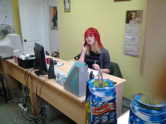 Это рекламный менеджер Таня, она похожа на голливудскую актрису Аманду Сэйфрид из фильма