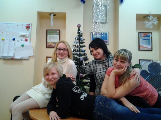 А вот и мы все под елочкой! Я (Аня), Аделина, Оля и Даша. А наш начальник Катя уехала на встречу с рекламодателем.  Как вам наш новогодний офис? Уж очень хочется выиграть пиццу! :) С наступающим Новым годом!
