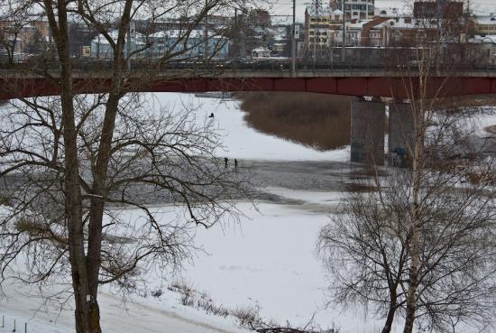 Хорошо зимой. Везде снег. Можно погулять под мостом 800-летия