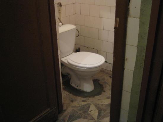 По слухам, туалеты откроются к концу этой недели. А пока, как хотите((