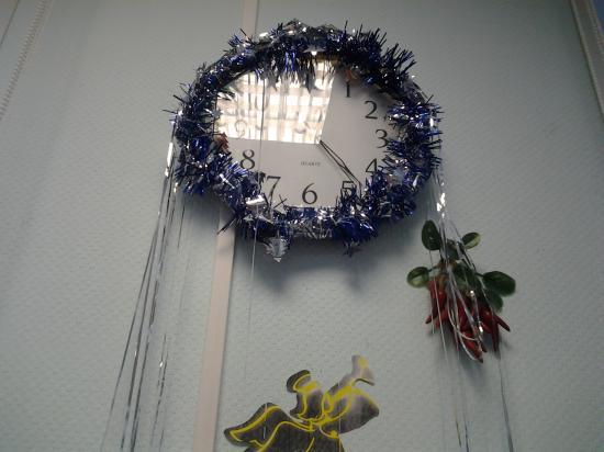 Мы обязательно украшаем наши часы! Ведь это именно они приближают самый любимый праздник! Рядом с часами - ангелочек и гроздь острых перцев, ведь