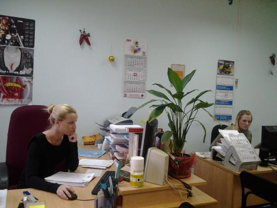 Слева - офис-менеджер Оля, справа скромно прячется от камеры рекламный менеджер Юля :) Хотя, в основном, новогодним нарядом нашего кабинета занималась как раз она!