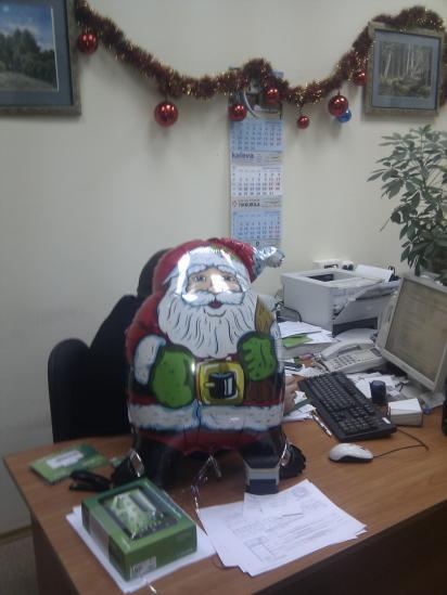 Дед Мороз за работой - поможет обеспечить лучшую связь в новогоднюю ночь :)