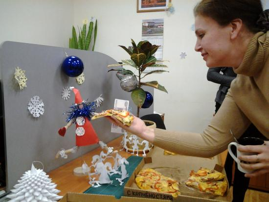 и Деду Морозу кусочек пиццы!  Поздравляем победителей и ждем новых репортажей! Конкурс продлится до 26 декабря. Спешите украсить свой офис, прислать фотографии и выиграть пиццу с доставкой!