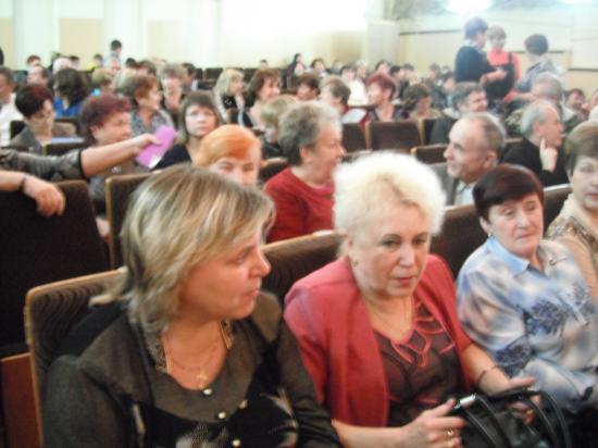 в зале собралось много выпускников