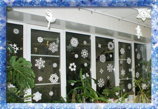 На окошке снегопад –  Белая метелица, Пусть хоть будет на стекле, Если не на улице.