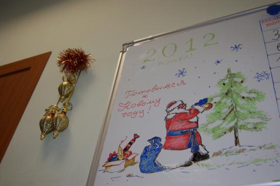 Дед Мороз украшает нашу елочку