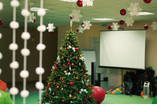 Здесь завтра пройдет елка для детей, а значит, пока что все игрушки целы :).