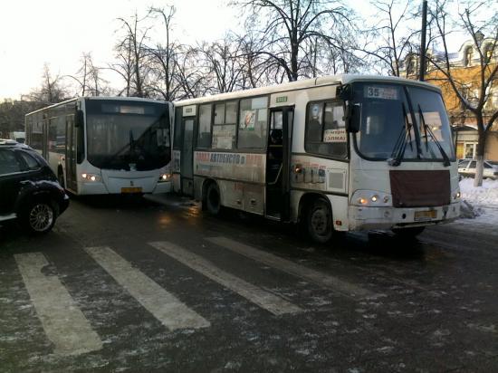Два автобуса застопорили весь центр