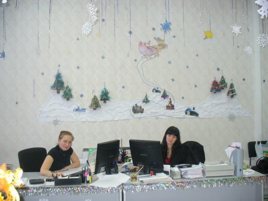 В каждом доме много света Наступает Новый год! Белоснежная карета Дед Мороза привезет.