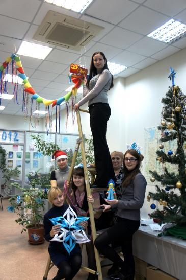 Для создания новогоднего настроения в коллективе нам пришлось освоить элементы профессии  «промышленный альпинизм».