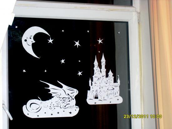 Помочь Морозу нарисовать сказочные узоры на окнах...