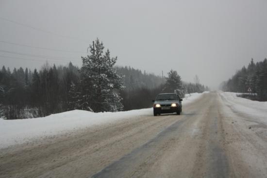 Почти всю дорогу до Кириллова вот такое покрытие. Две колеи. Чуть не туда рулем крутанул - и легко можно улететь. Особенно опасно, если встречка едет.
