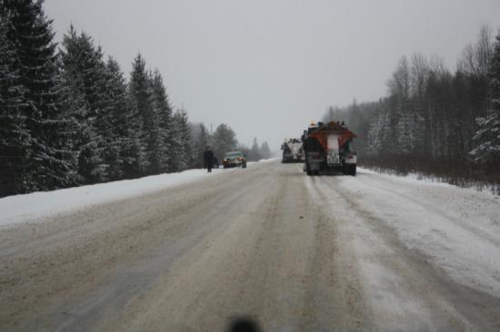 Снегоуборочную технику встретил всего один раз на всей трассе Вологда-Кириллов. Особенно плохо, когда дорога посыпана огромными камнями, и они летят в лобовое из под впереди идущей машины
