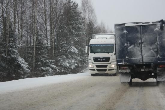 Дорога очень узкая. Вот двум грузовикам разъехаться местами не легко. А обочину цеплять никому не хочется, потому что сразу окажешься за бортом. Вот и жмутся встречка к встречке. Очень страшно