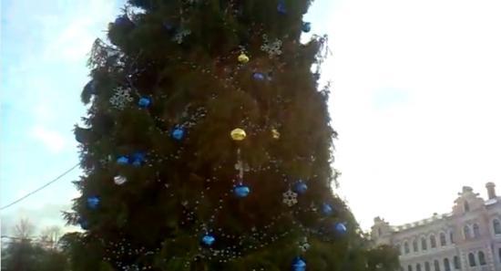 Ветер угрожающе раскачивал главную новогоднюю елку города