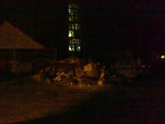 Мусорный контейнер во дворе дома Чехова, 12 явно переполнен...